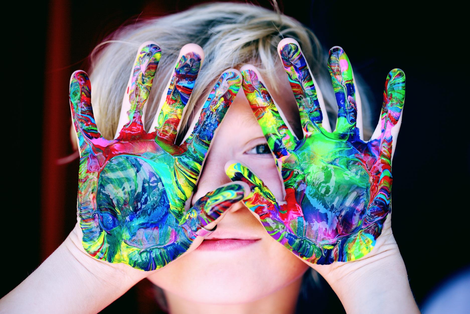 """¿Qué haremos?. De manera práctica y comprensible compartiremos herramientas que proveen atención, tranquilidad, equilibrio y felicidad. El maestro podrá reconocer su propio valor, la compasión y la gran responsabilidad de estar frente a un grupo de niños y familias. ¿Qué temas se compartirán en este Entrenamiento?. Dones y Talentos de los maestros Desarrollo físico, emocional y espiritual de los niños El arte de mantener la atención y manejo de grupos Herramientas de Meditación Posturas básicas de yoga Beneficios Técnicas básicas de respiración Virtudes de una Vida Ética para el maestro Estructura y creación de la clase Recomendaciones para un negocio virtuoso Dinámicas divertidas, creativas y consientes para desarrollar una vida más amorosa, compasiva y feliz. ¿Qué habilidades desarrollaré en este Entrenamiento? Conectar de una manera más sana y amorosa con tu naturaleza """"inquieta"""" y juguetona. Experimentar diversas herramientas orientadas al desarrollo consciente de tu clase. Conocerás dinámicas para tus clases que fortalecerán el respeto y amor para ellos mismos y su entorno. Comprenderás como crear una clase radiante y satisfactoria. Expandirás tus habilidades creativas para desarrollar tus propios juegos, posturas, meditaciones, etc. Desarrollarás prácticas para crear una clase con un ambiente de alegría y gozo donde los niños podrán expandir la pureza de su corazón. Serás más compasivo contigo y con los demás"""